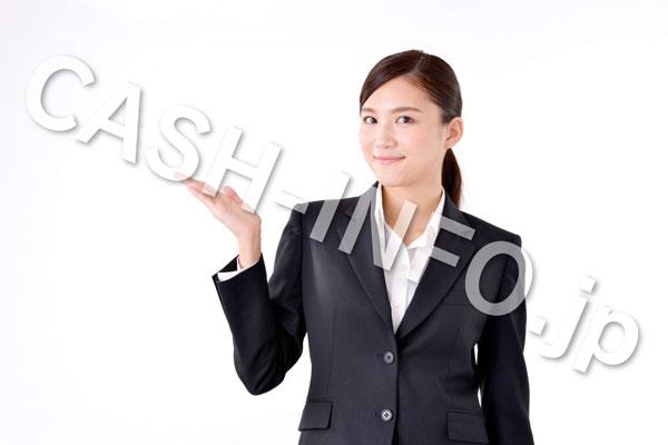 スーツで右方向をさす女性