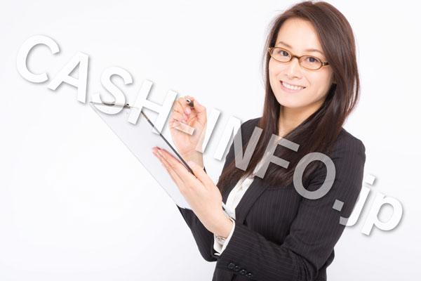 クリップボードを持つ赤メガネのスーツの女性