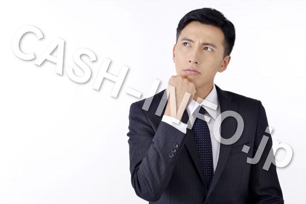 悩む黒スーツの男性