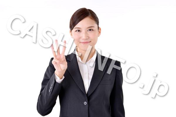 3を指すスーツを着た女性