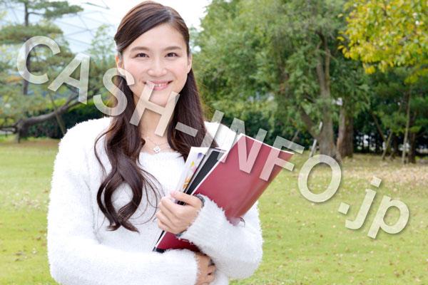 書類を持つ笑顔の白い長袖を着た女性