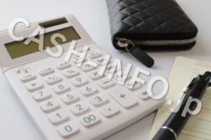 電卓と黒財布とペン