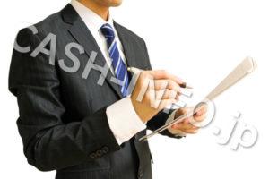 審査するスーツの男性