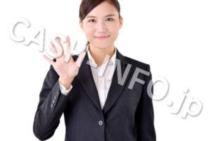 手で5を示すスーツの女性